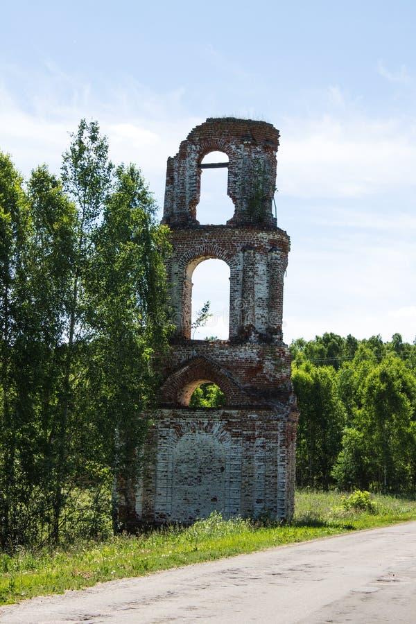 Igreja arruinada abandonada velha em Rússia em um dia de verão ensolarado foto de stock