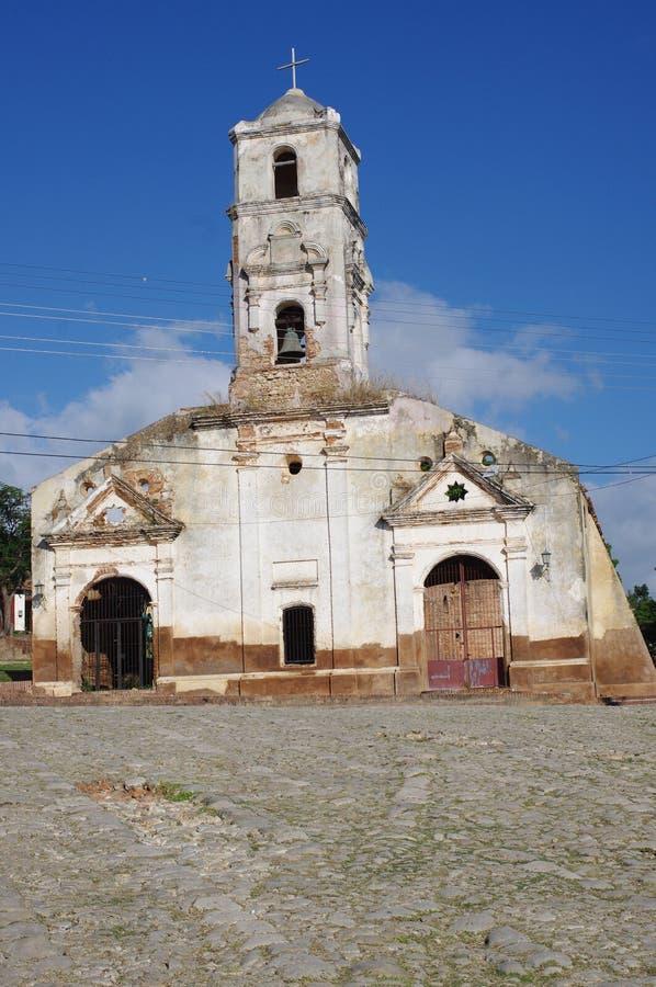 Igreja arruinada com entradas arqueadas imagem de stock royalty free