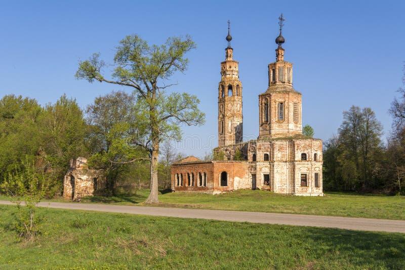 Igreja arruinada velha do século XVIII na vila de Kolentsy, Rússia imagens de stock