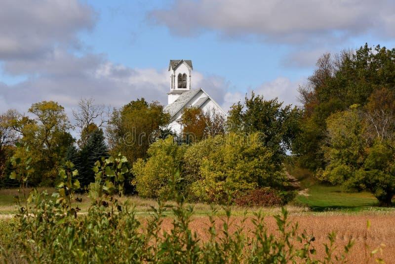 A igreja atrás de um bosque das árvores e o feijão colocam imagens de stock royalty free