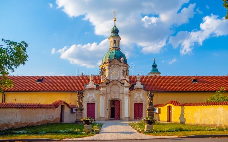 Igreja barroco de nossa senhora Victorious em Bila Hora na abadia de Venio - monastério do licor beneditino, Praga, República Che imagens de stock royalty free