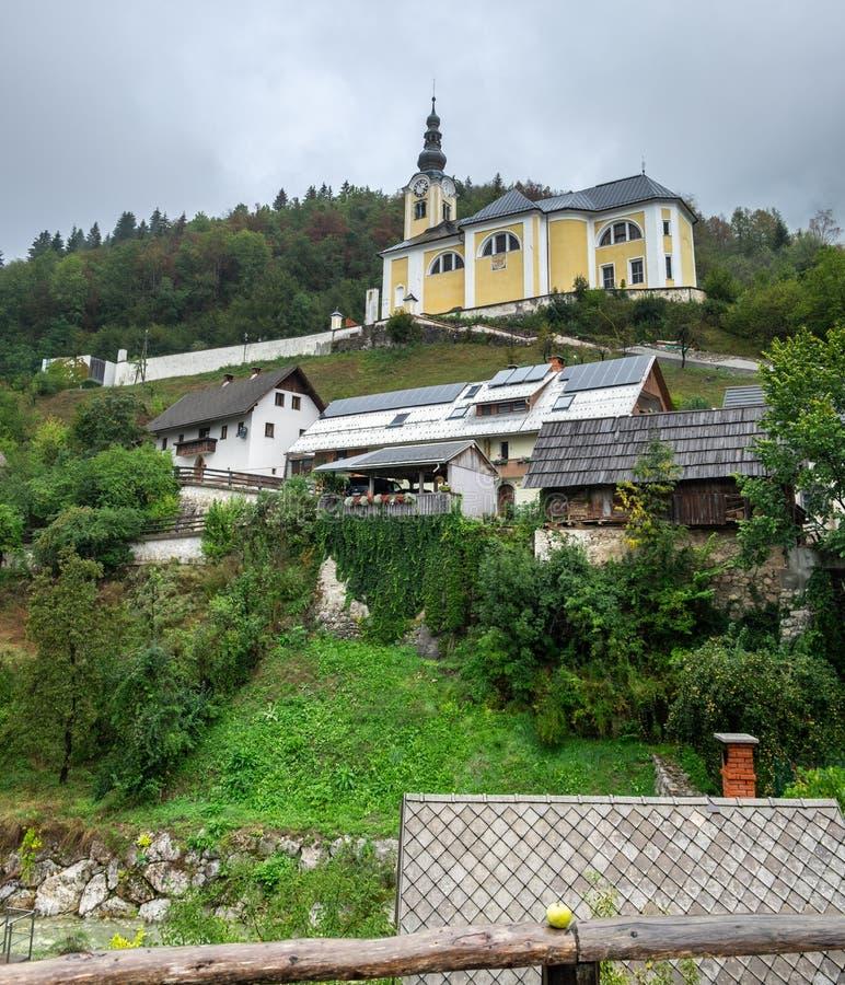 A igreja barroco de St Martin é ficada situada em um monte acima da vila do vaso de Srednja fotografia de stock