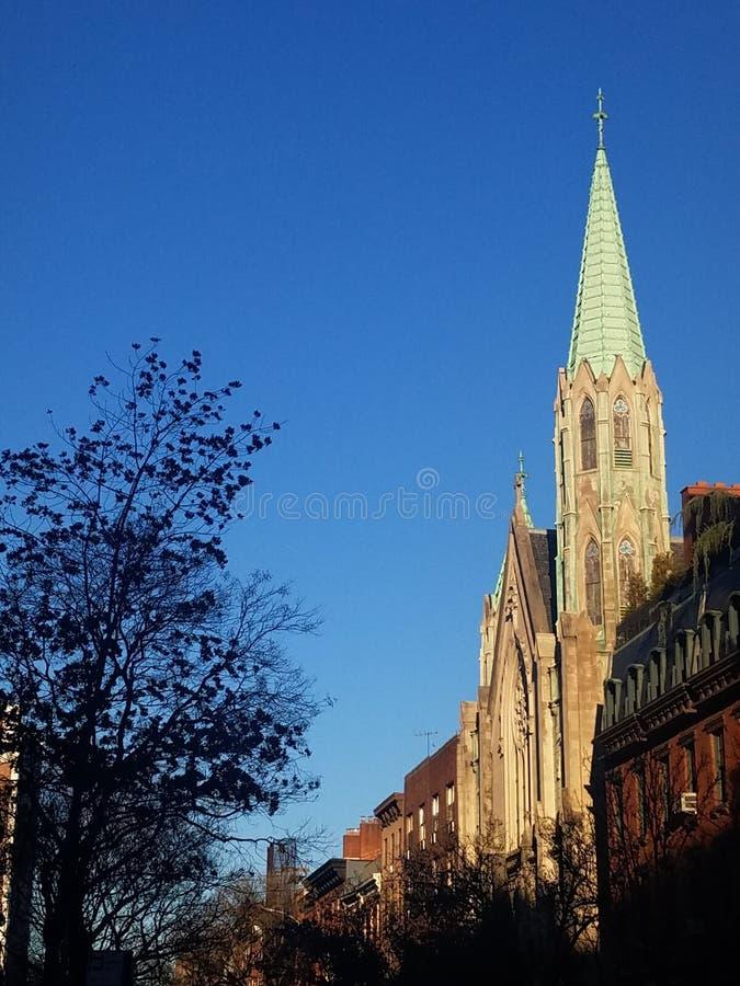 Igreja bonita com detalhe de cobre do pináculo e arquitetura gótico na rua histórica da vizinhança fotografia de stock