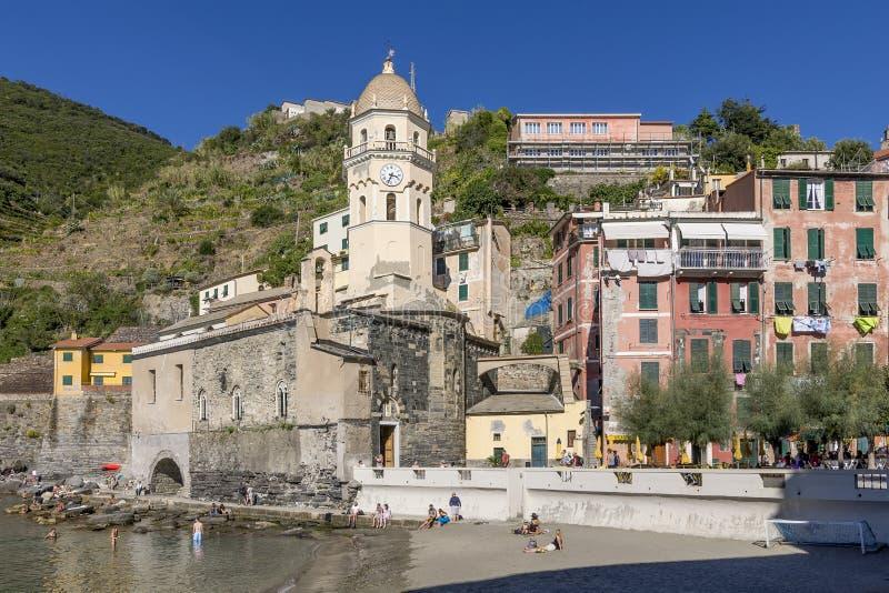 A igreja bonita de Santa Margherita que negligencia o mar em Vernazza, Cinque Terre, Liguria, Itália foto de stock