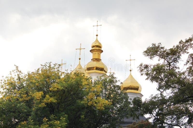 Igreja bonita no parque Abóbadas douradas outono imagens de stock