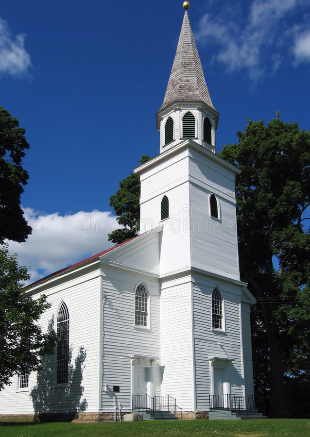 Igreja branca clássica do país foto de stock