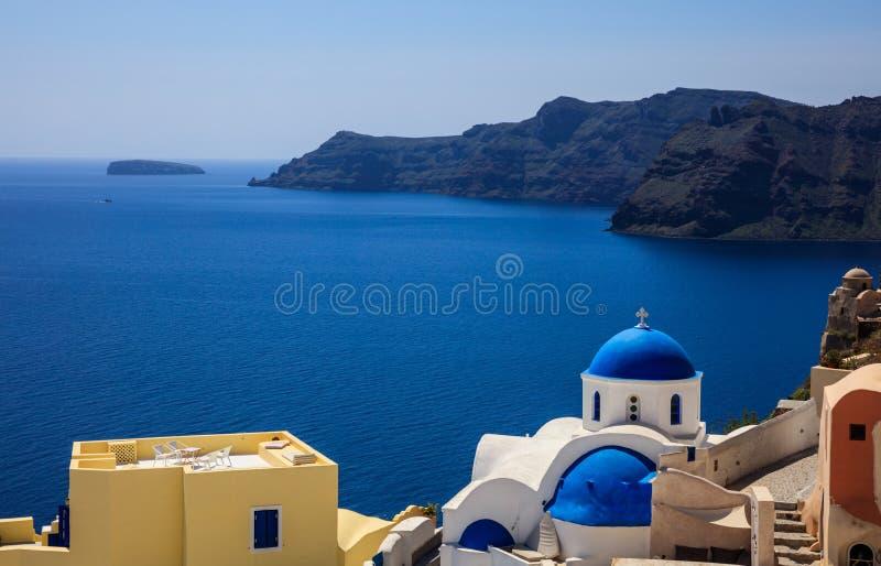 Igreja branca com a abóbada azul em Santorini, Grécia fotografia de stock royalty free