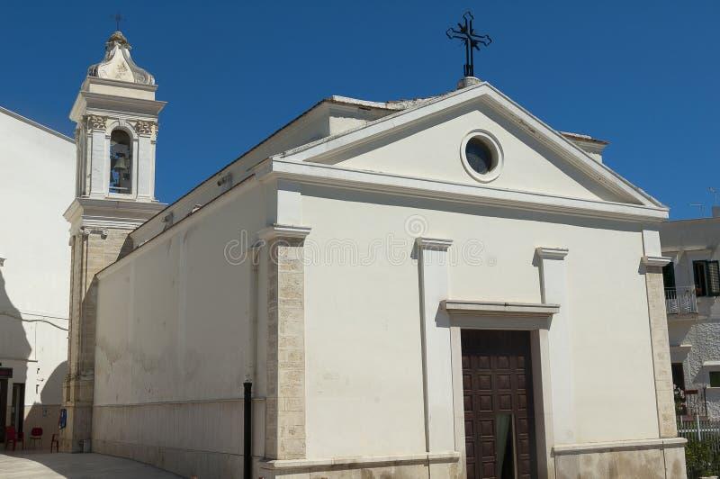 Igreja branca com o céu azul profundo fotografia de stock royalty free