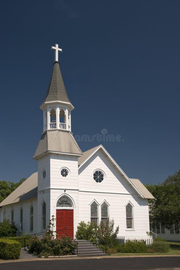Igreja branca com portas vermelhas imagens de stock royalty free