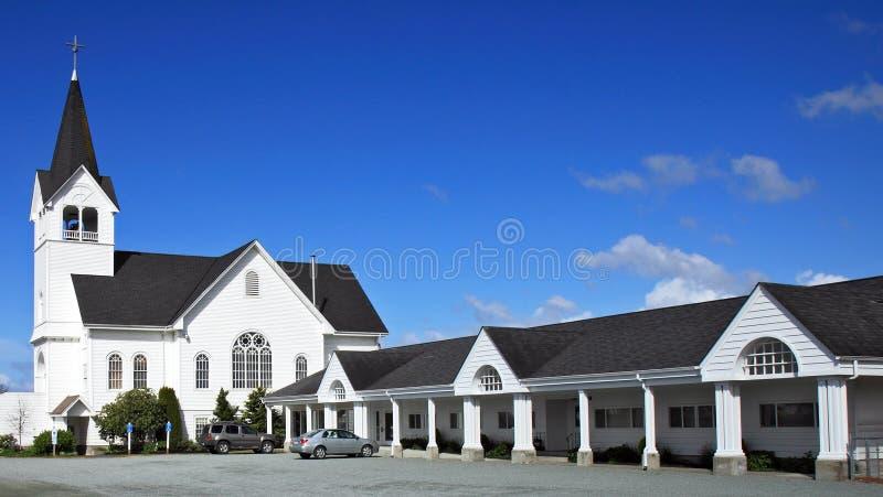 Igreja branca com Steeple imagens de stock