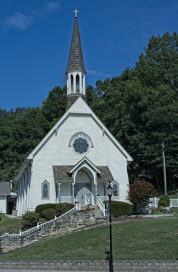 Igreja branca da cidade pequena com torre foto de stock