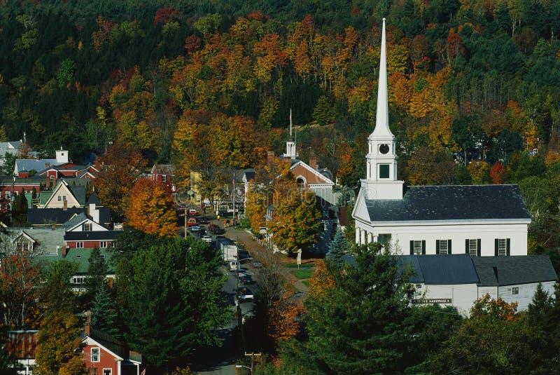 Igreja branca do estilo de Nova Inglaterra foto de stock royalty free