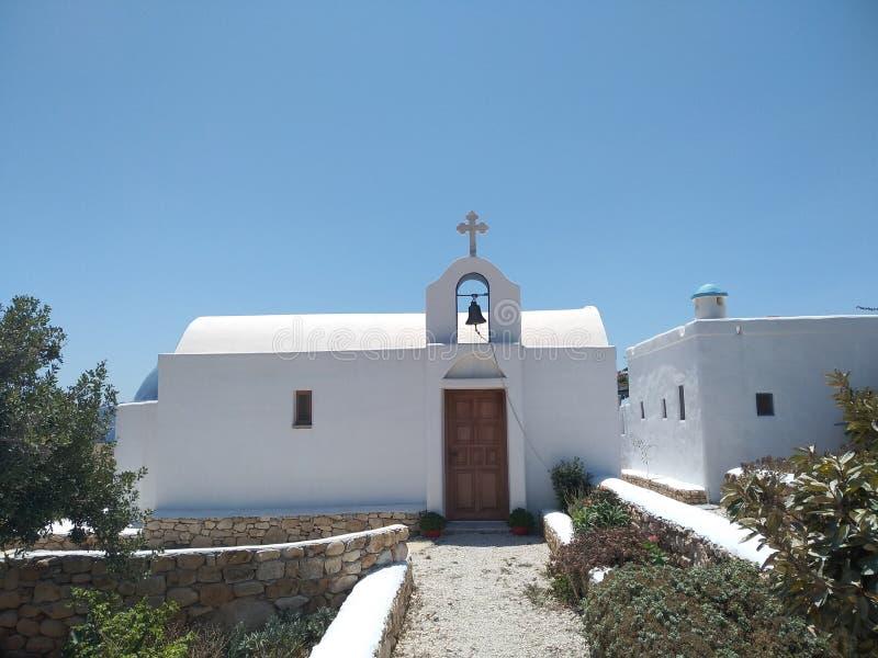 Igreja branca e um céu azul imagem de stock royalty free