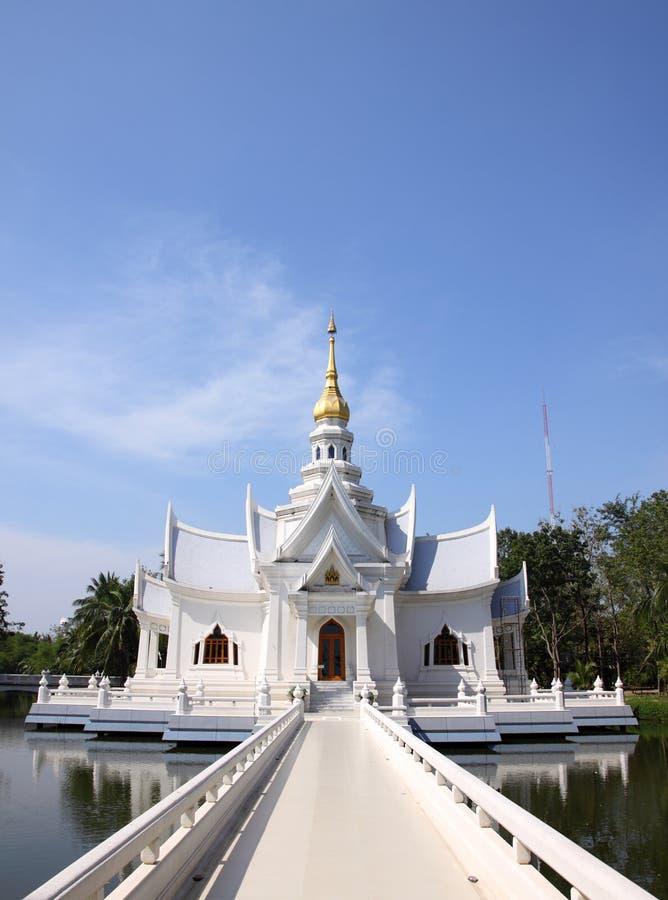 Igreja branca em Tailândia imagens de stock