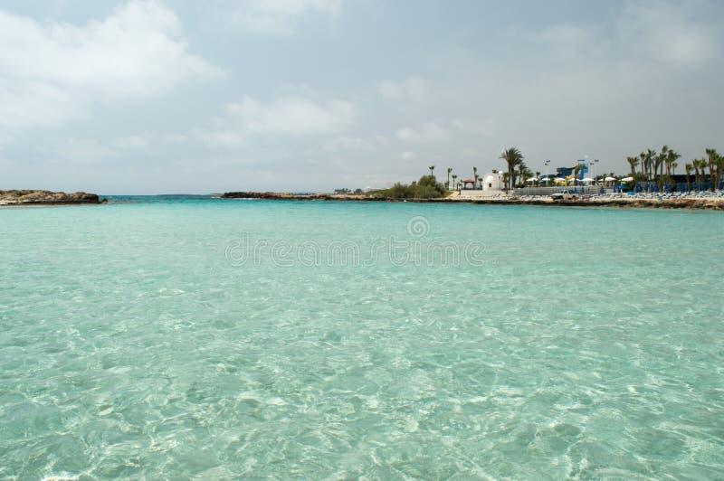 Igreja branca na praia de Nissi fotografia de stock royalty free