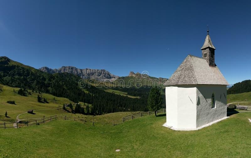 Igreja branca no montanhês, Alpi di Siusi, dolomites, Itália foto de stock royalty free