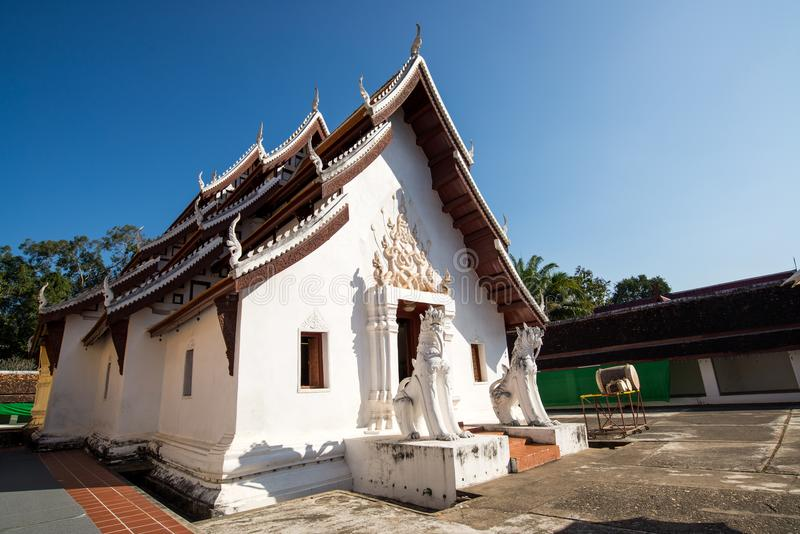 Igreja branca no templo imagens de stock