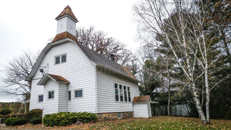 Igreja branca velha da casa da escola fotografia de stock