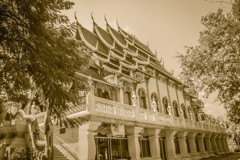 Igreja budista bonita com o telhado do naga em Wat Ku Tao Temple do pagode da cabaça em Chiang Mai, Tailândia foto de stock royalty free