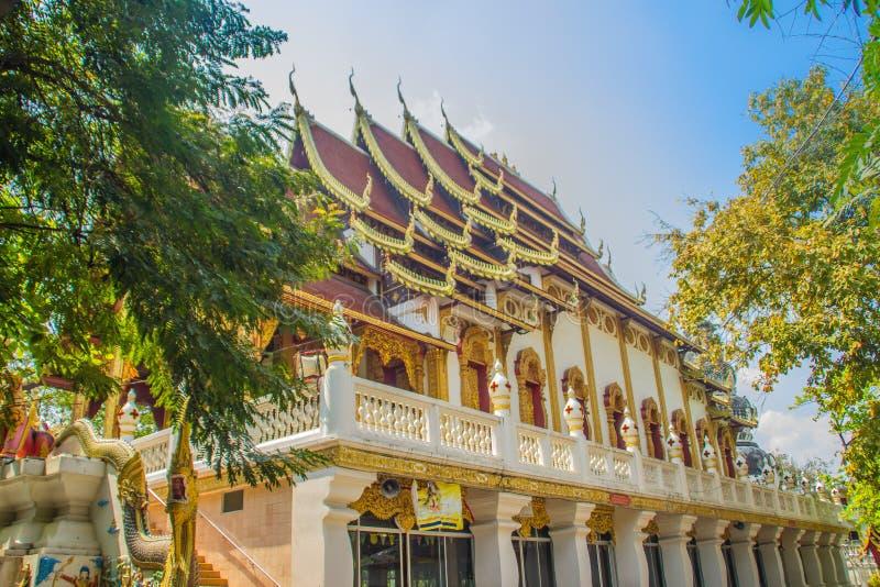 Igreja budista bonita com o telhado do naga em Wat Ku Tao Temple do pagode da cabaça em Chiang Mai, Tailândia imagens de stock