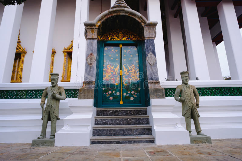 Igreja budista tradicional e da arquitetura da porta no templo de Wat Suthat em Banguecoque, Tailândia imagens de stock royalty free