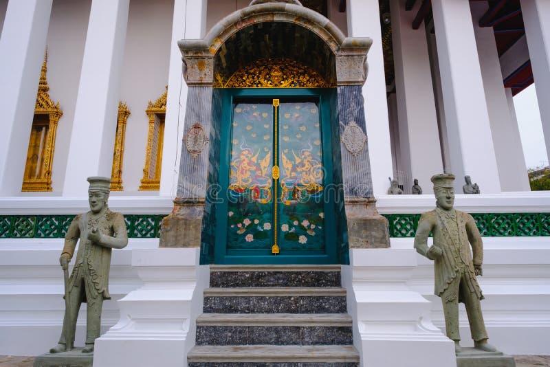 Igreja budista tradicional e da arquitetura da porta no templo de Wat Suthat em Banguecoque, Tailândia imagem de stock