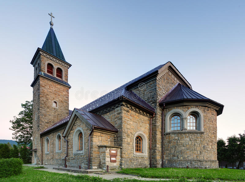 Igreja Católica agradável em Europa Oriental - vila Babin - Orava imagem de stock