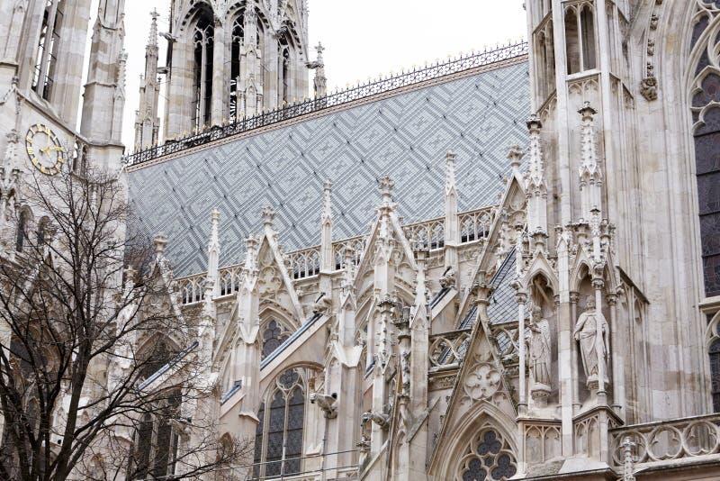 Igreja Católica Arquitetura barroco e gótico Janela arcado com vitral na fachada da construção imagens de stock