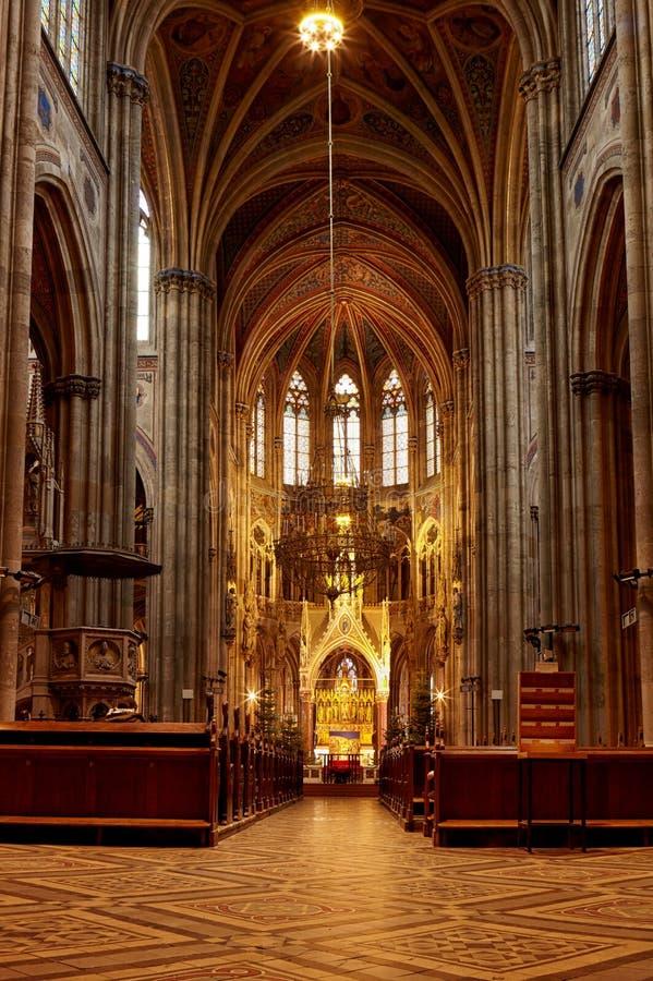 Igreja Católica Arquitetura barroco e gótico Janela arcado com vitral na fachada da construção fotos de stock