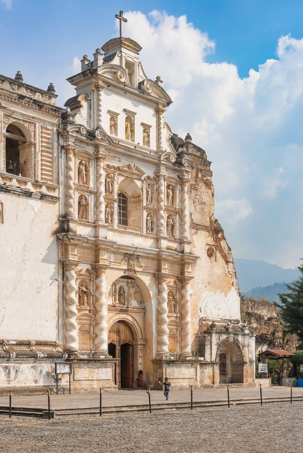 A igreja Católica chamou Iglesia de San Francisco em Antígua, Guat imagens de stock royalty free