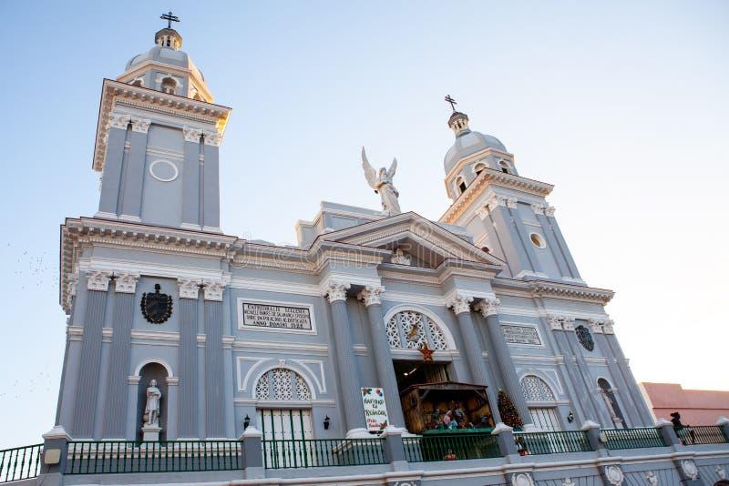 Igreja católica da catedral durante o tempo do Natal no por do sol foto de stock