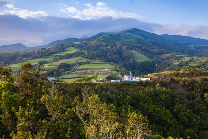 A igreja Católica de Nossa Senhora faz Monte sobre a água De Pau, Sao Miguel, Açores imagem de stock