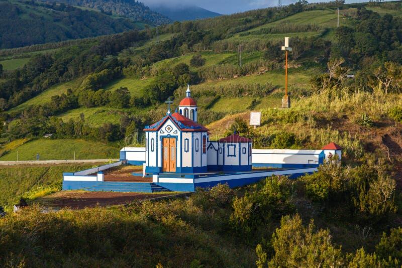 A igreja Católica de Nossa Senhora faz Monte sobre a água De Pau, Sao Miguel, Açores imagens de stock