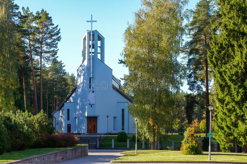 Igreja Católica do St Pauliaus Apostol em Visaginas Lituânia foto de stock royalty free
