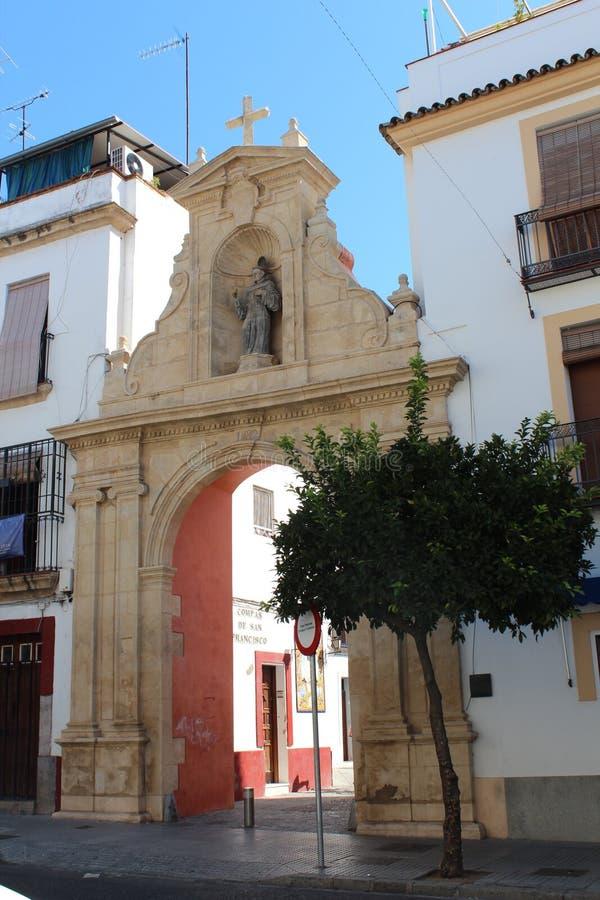 A igreja Católica e as casas de cidade velhas de Córdova Rua no centro histórico do rdoba do ³ de CÃ, Espanha imagens de stock