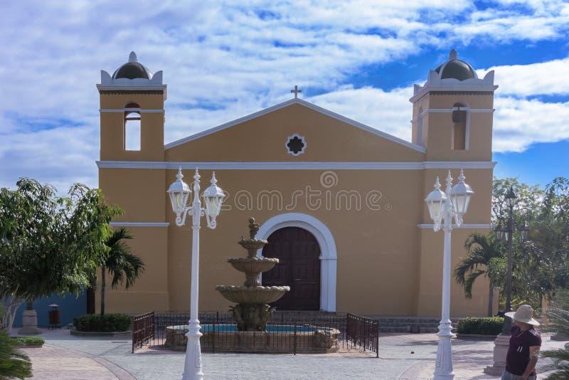 Igreja Católica e fonte em San Sebastian Central Park em Ho foto de stock royalty free