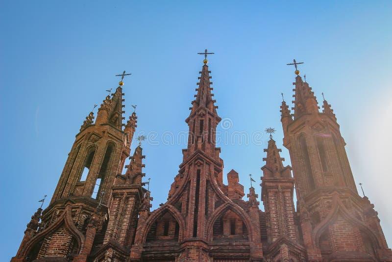 Igreja Católica em St Anne St gótico Anne Church do tijolo vermelho do estilo em Vilnius, Lituânia foto de stock