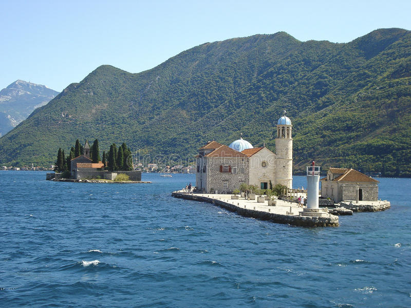 Igreja Católica na água na baía do mar (Montenegro) imagens de stock royalty free