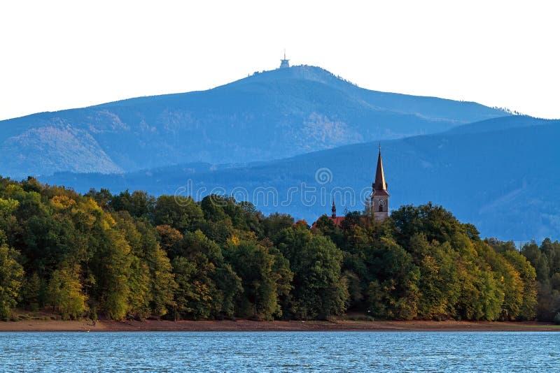 Igreja católica na costa de um lago fotos de stock royalty free