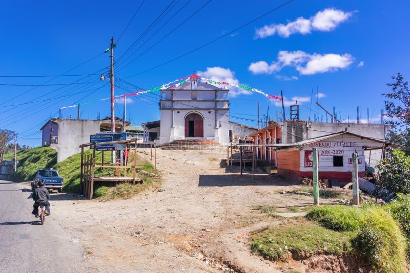 Igreja Católica na estrada nas montanhas da Guatemala fotografia de stock royalty free