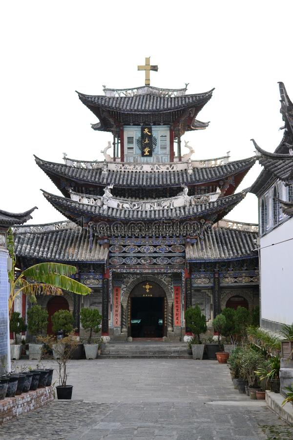 Igreja Católica no estilo de arquitetura tradicional chinês, em Dali, Yunnan, China fotos de stock