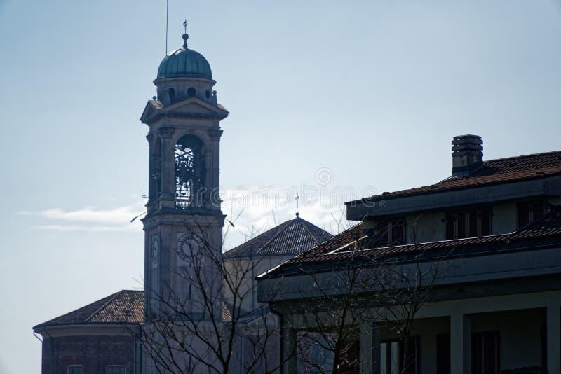 Igreja Católica, sul Naviglio de Robecco, província de Milão, Itália, o 13 de março de 2018: Igreja Católica velha com torre de s foto de stock