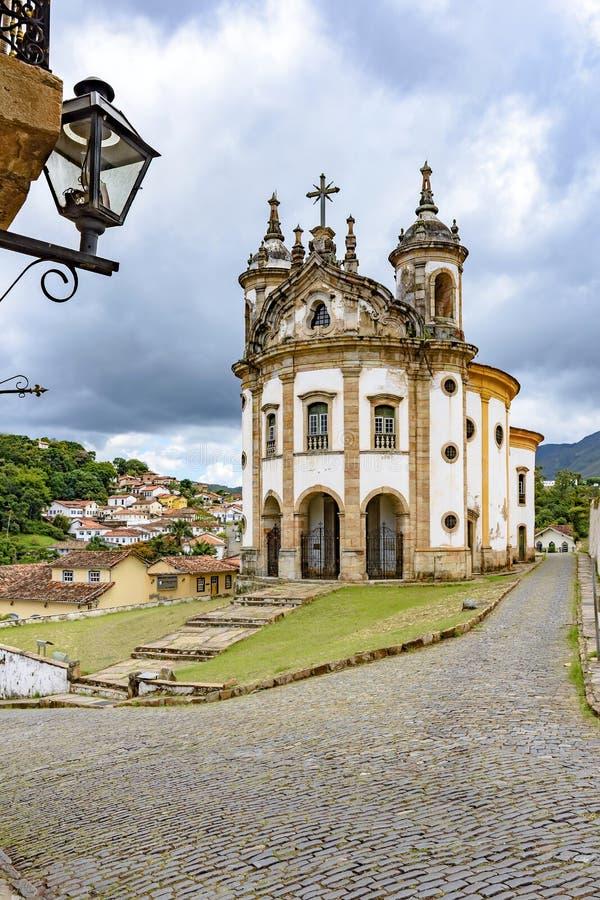 Igreja Católica velha do século XVIII e das construções ao redor foto de stock royalty free