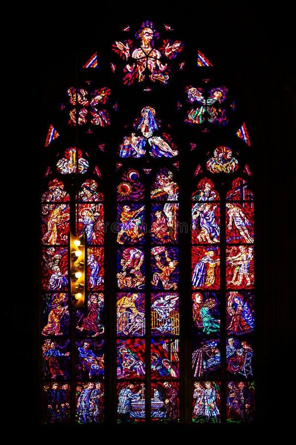 Igreja central do vitral de St Vitus em República Checa foto de stock