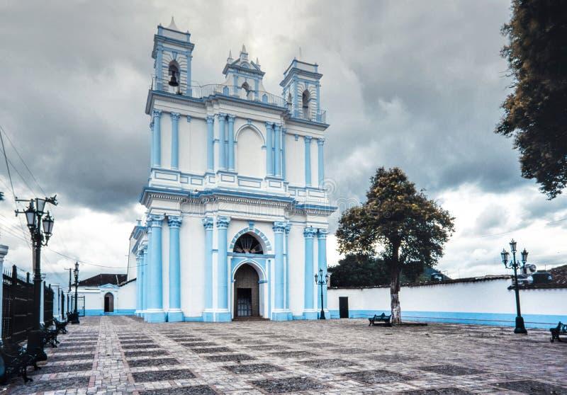 A igreja colonial azul de Santa Lucia San Cristobal de Las Casas foto de stock royalty free