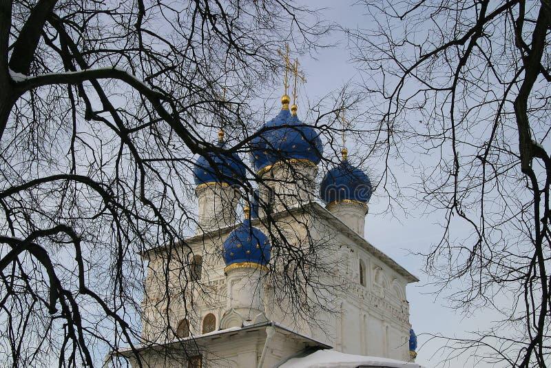 Igreja com abóbadas azuis, inverno, árvores fotografia de stock royalty free