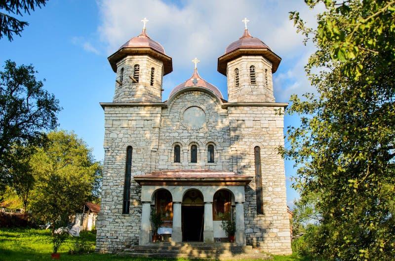 Igreja construída do mármore, vila de Alun, perto da cidade de Hunedoara, a Transilvânia, Romênia fotos de stock