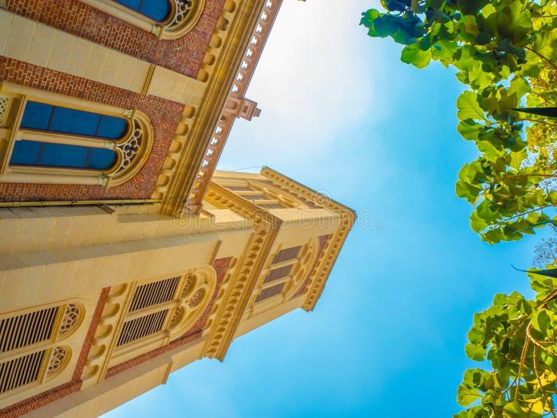 Igreja cristã bonita com céu azul imagem de stock