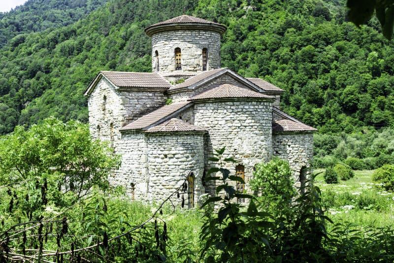 Igreja cristã, templos antigos do século X de Nizhnearhizy, templo médio de Zelenchuksky, templo de pedra entre montanhas e imagem de stock royalty free