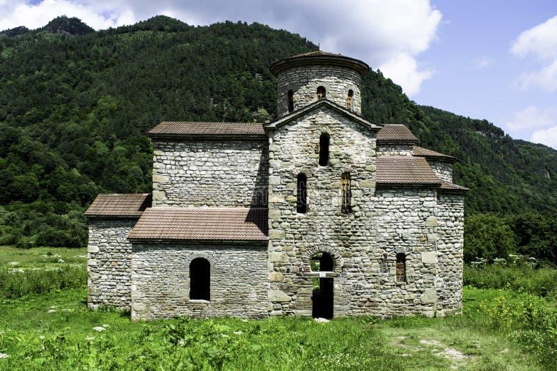 Igreja cristã, templos antigos do século X de Nizhnearhizy, templo médio de Zelenchuksky, templo de pedra entre montanhas e imagens de stock